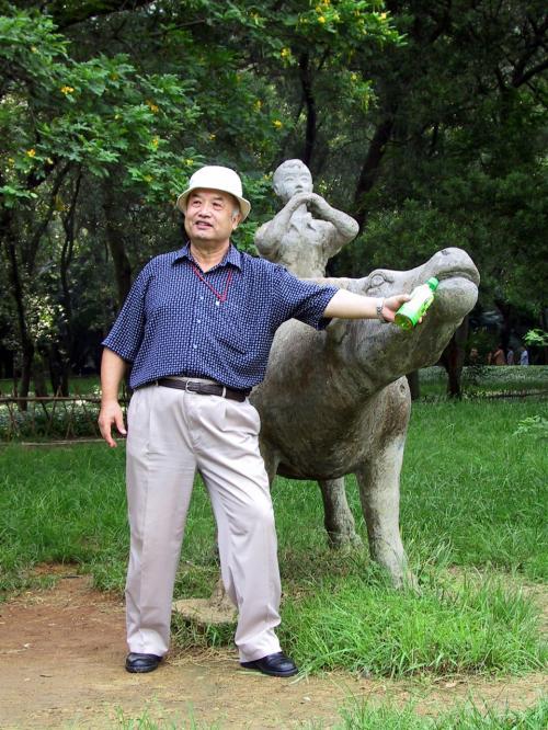 牛のモニュメント。<br />「牛にお茶を上げる爺さん」の圖。(^^;