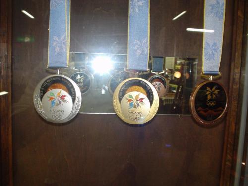 長野冬季オリンピック(1998年)の金メダル、銀メダル、銅メダルは、この楢川村の木曾うるし塗り製だった。<br /><br />そんなことちっとも知らなかった。<br />ひとつ新しい知識が増えたのでウレシイ。