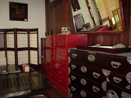 江戸時代から戦前まで、一般家庭で使われていたような木製家具の展示販売。