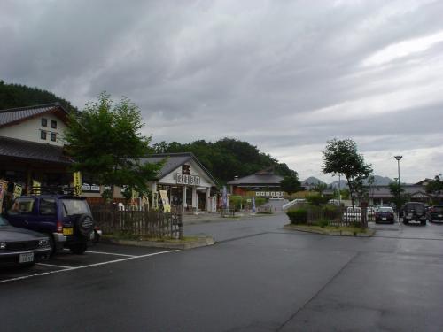 あの勇壮な御柱まつりの諏訪大社の横を通って、国道142号線で北上したところに、和田村と長門町が合併してできた長和町がある。<br />そこに「道の駅:マルメロの駅ながと」。<br /><br />ここには長門温泉「やすらぎの湯」(500円)が隣接している。<br />ナトリウムー硫酸塩温泉。<br />ボチボチ硫黄系の温泉になってきて、草津温泉が近づいてきたなあ!<br />っと感じられる。