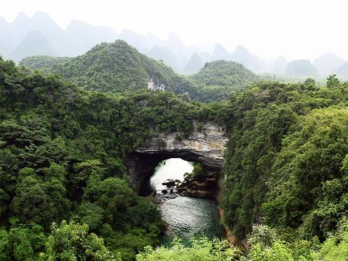 香橋遠景。<br />この橋の下へ向かうコース上から展望可能です。