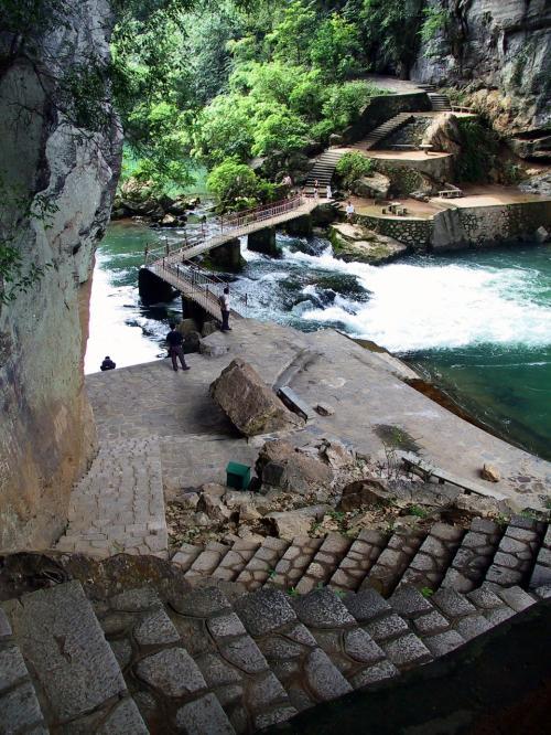 渓流遠景。