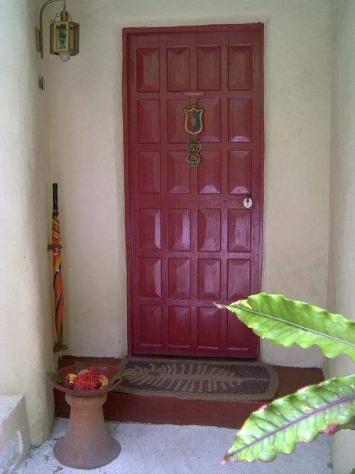 真っ赤な扉が印象的です。急なスコールに備えて傘も用意されています。