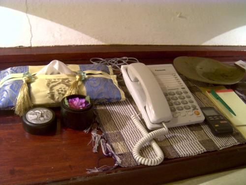 ベッドの上には電話やポプリ、などがおいてあります。