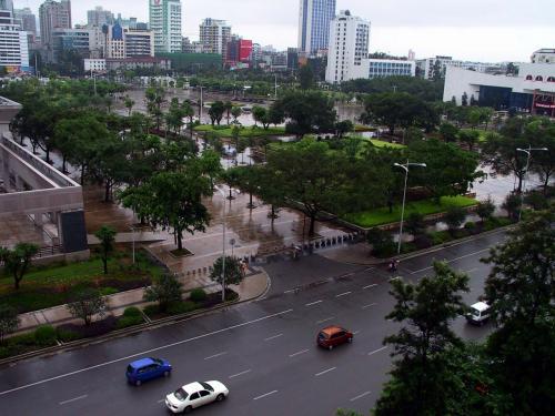 当日の朝、起きてみると外は雨でした。<br />道が一面に輝き、車や人が、鏡の上を歩いているようでした。<br />この瞬間のショットにも、可愛い自動車、シボレーSPARKは2台も写っていました。<br />(ブラウンメタとブルー)