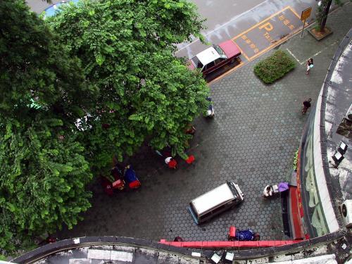 ホテル前を部屋から見下ろすと・・・<br />歩道のブロックが蜂の巣のように見えて、思わずパチリ!<br /><br />ホテルの正面から見えない部分は・・・(~~;<br />汚れてますね。。。