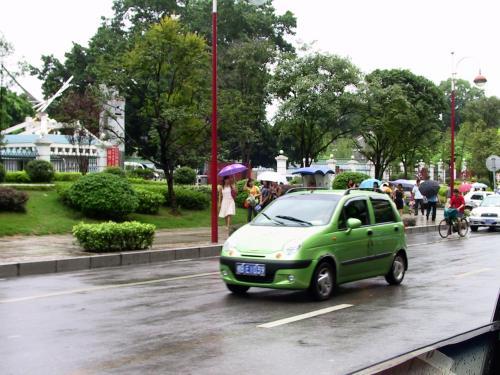 楊さんに出迎えられ車に乗ると、雨の中をSOARKが行き交う。<br />こう言った車両が一般人に受け入れられ、徐々に生活水準が上がるって感じ。<br />昭和40年代の日本みたいです。<br />例えるならスバル360(テントウムシ)かな?・・・<br />