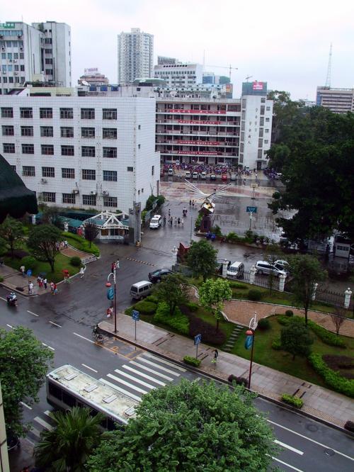 楊さん宅の玄関前の階段から。<br />向かい側は学校でした。
