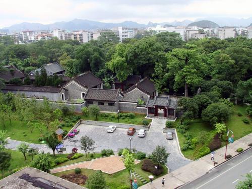 学校の手前には、地場の公園があります。<br />ここも結構広いです。<br />見えている廟は、「柳侯詞」。<br />広州の陳侯詞(陳氏書院)と同じ様式で、南中国独特の様式です。