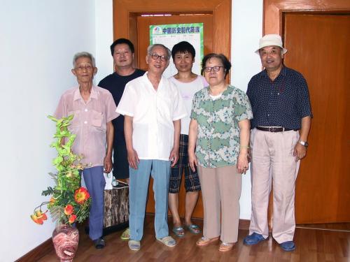 楊さん宅で記念撮影。<br />左から、奥さんのお父さん、楊さん、楊さんのお父さん、奥さん、楊さんのお母さん、爺ぃ。