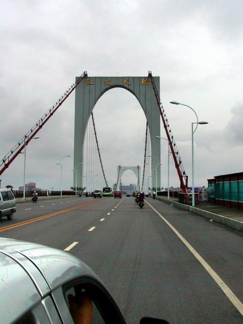 柳州駅は、丸い島の中ではなく、その外周区域にある。<br />なので橋を渡るけど、昨日のとは違った橋でした。<br />「紅光大橋」と書かれています。