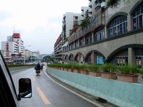 この高架路を降りて真っ直ぐ行くと駅へ真っ直ぐ。<br />遠くに駅舎が見えていますね。