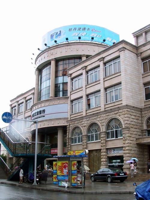 中国の銀行はオシャレなビルも少なくない。<br />中国工商銀行柳州分行。<br />