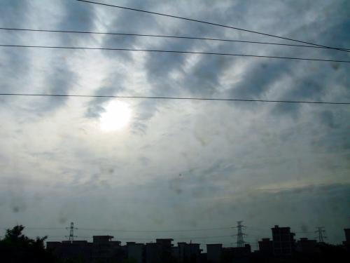 目覚めた時の車窓の風景。<br />雲が多いけど、まずまずのお天気のようだ。<br />到着は30分遅れと知らされた。