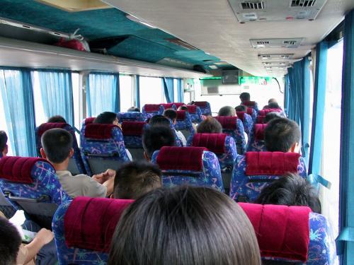 バス内。<br />路全バスに毛が生えたような感じ。<br />でも、路線バスよりは快適さも段違いで、時間も1/3で済む。<br />その分価格は2倍の12元。