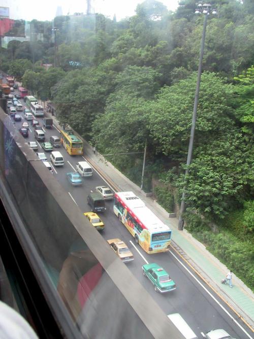 朝の9時半、一般道路は渋滞中。<br />バスは、郊外への幹線道路へ入っていたので影響なし。