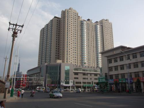 局子街と愛丹路の交差点があります。<br /><br />高い建物は下の階に商業施設、上の階はマンションという構造になっています。