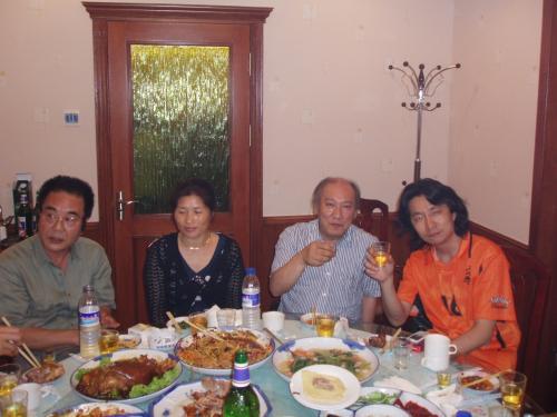 右端はいつも私の旅行記に登場する日本料理屋北海亭・日本人会親睦委員の徳山さん。<br /><br />その隣はI副会長<br /><br />当日は在瀋陽日本国総領事館、職員の方も参加され主に在外選挙の登録についての説明がありました。<br /><br />領事館HPより<br />http://www.shenyang.cn.emb-japan.go.jp/jp/connection/worklead/worklead_1.htm