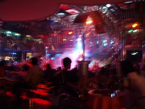 """二次会へ<br /><br />踊りや歌、ショーが見られる""""東方大世界""""梨花路と延西街の交差点近くにあります。<br /><br />参加者6名<br />"""