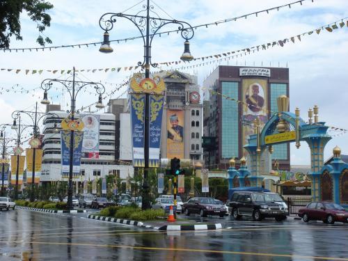 シンガポールからBSBはシルクエアーの飛行機でした。<br />BSBの空港には宿泊するブルネイ・ホテルのスタッフが迎えに来てくれました。<br /><br />ホテルについてぐっすり眠ってしまい(前日成田からシンガポールに夜中に着いてほとんど寝ていなかったので)午後のそのそと市内を歩き回りました。<br />街のいたるところに王様の写真と国旗が飾ってあります。