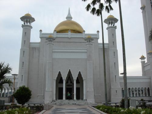 『オマール・アリ・サイフディン・モスク』通称オールドモスク。<br />お祈りの時間になると、人々が次々訪れます。<br />時間は限られますが、イスラム教徒以外でも中を見学できます。(もちろん撮影は不可)