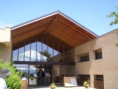 久々の家族旅行。<br />小学生の頃でかけた夏の栂池高原へ。<br />その前に家族を連れて行きたかった場所に寄りました。<br />『安曇野ちひろ美術館』<br />いわさきちひろの美術館です。