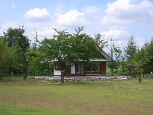 美術館は広大な土地の中に建っています。<br />その片隅にちひろが住んでいた黒姫山荘が再現されています。<br />中には彼女のアトリエもあり、そのころの生活がうかがえます。