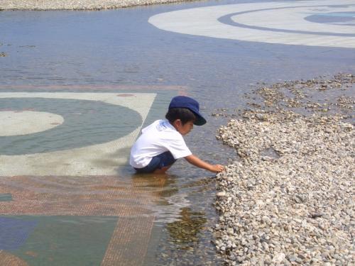 庭園には水もはってあるところもあり、<br />子供たちは大喜び。<br />美術館の中にもプレイルームなどがあり、子連れでも楽しめます。<br />4歳になるおいっこも楽しそう。