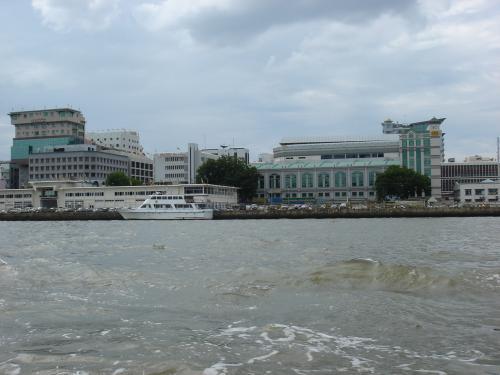 ブルネイ川から見た街の景色。