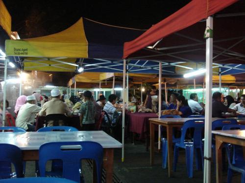 また、ナイトマーケットにやってきてしまいました。<br />東南アジアといえば、やっぱり屋台ですから・・・。<br />