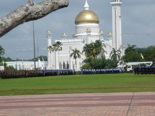 時間まで散歩に出かけると、オールドモスク前の広場で王様の誕生日セレモニーの練習をしてるらしき軍隊&警察に遭遇。