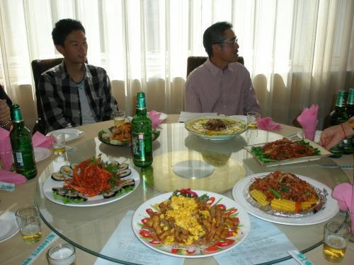 総会終了後はすぐに懇親会になりました。<br /><br />写真左は今回飛び入り参加したTさん。たくさん食べていって下さいね。<br />http://4travel.jp/traveler/enyasu/album/10092635/<br /><br />右の方は司会者Kさん。Kさんと当日出張で不参加のY事務局長のお二人が北京マラソンに参加しますKさんはレースのことを考え食事に気をつかっておられました。