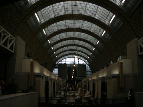 1939年に鉄道駅としての営業が廃止されて1986年にオルセー美術館として開館しました。<br />そのためか、縦長で真ん中に大きく通路兼ギャラリーのようなスペースがあって、その周りを囲むように沢山の美術品が展示されています。