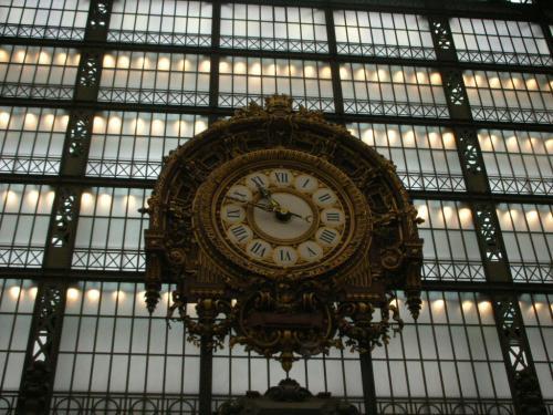 入ってすぐ振り向くと、大きな時計があります。<br />オルセー駅だったころからそのままだそうです。すごいなぁ。