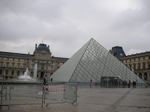 まず、今回のパリの旅のきっかけともなったルーブル美術館へ向かいます。<br />駅から少し歩くと、映画でお馴染みのガラスのピラミッドを発見〜。<br />近づいてみると半端なく大きいです、ルーブル美術館。<br />もともとは王宮で、美術館としての役割を持ったのは1793年のこと。<br />ヨーロッパ(世界で?)最も古くて大きい美術館のひとつで、世界遺産でもあります。<br />オルセー美術館もそうだけど、壊して新しくつくるのではなくて、想像力と発想力によりいまあるものを大事にしていこうという姿勢は素敵だなーと思います。<br />パリの人が自分たちの住む都市を誇りに思っているのもうなずけます。