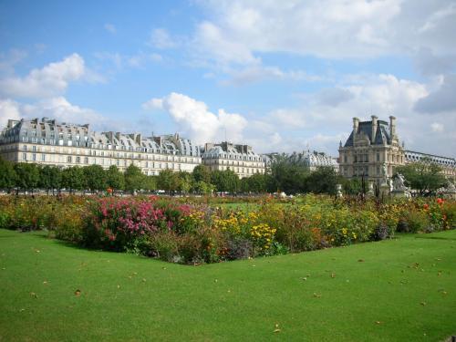 美術館をでるとすぐにチュイルリー公園。<br />朝は雨だったのにすっかり青空で、陽が強くて眩しいほどです。<br />フランスは天気が悪い日が多く陽にあたれる期間が少ないので、晴れの日はみんなこぞって外に出るそうです。<br />カフェもテラス側がいつも先に席が埋まります。<br />くる病を防止するため、できるだけ多く日にあたるよう夏季に5週間のバケーションが用意されていたり。<br />ガイドブックを見ると、お店の休日のところに「8月の3週間」とか書いてあります。徹底してるなぁ。