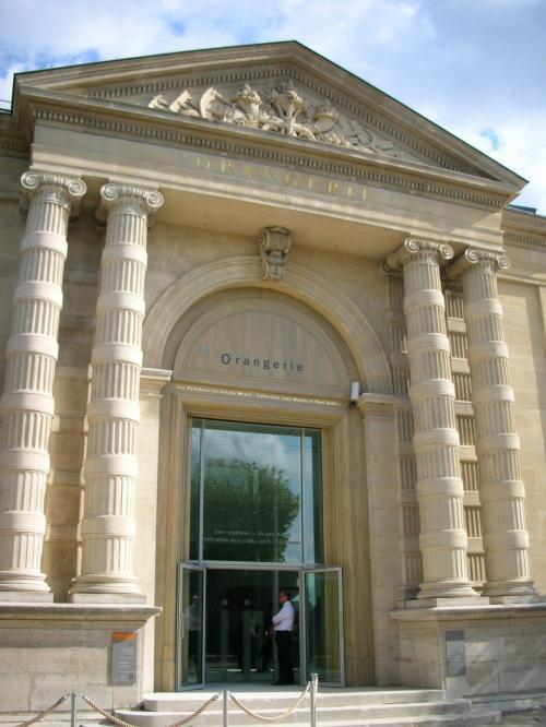 オランジェリー美術館。<br />今年の6月に改修工事を終えたばかりというだけあって、さっぱりキレイになっていました。<br />ルーブル、オルセーとは異なり、こじんまりしていて可愛らしい美術館です。<br />中身はちょっと近代的なつくり。<br />ここでの目玉は、もちろんモネの睡蓮です。<br /><br />最初の部屋に入ると、四方の壁いっぱいにそれぞれ4枚の絵が飾られています。<br />部屋の真ん中にベンチがあったので、そこに腰掛けて絵の全体像をゆっくり眺めることができます。<br />モネはよっぽどあの景色が好きだったんだろうな〜じゃなきゃあんなに大きな絵を何枚も描くことなんて不可能です。<br />4枚とも雰囲気が異なって、私が一番気に入ったのは入ってすぐ右の絵です。<br />しばらくぼーっとして、さて行くかーと次の部屋に入ったらまた睡蓮でした。<br />合計8枚の超大作です。<br />この2室はモネのためだけにつくられたそうです。