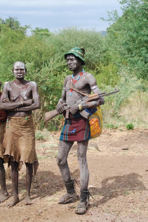 09:55〜10:05  MURSI(ムルシ)族の写真<br />道が広がっているところに、ムルシ族の人たちが