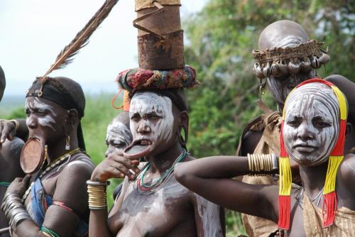 これから行って、ムルシ族が普段の暮らしをしている姿と比べるつもりです。