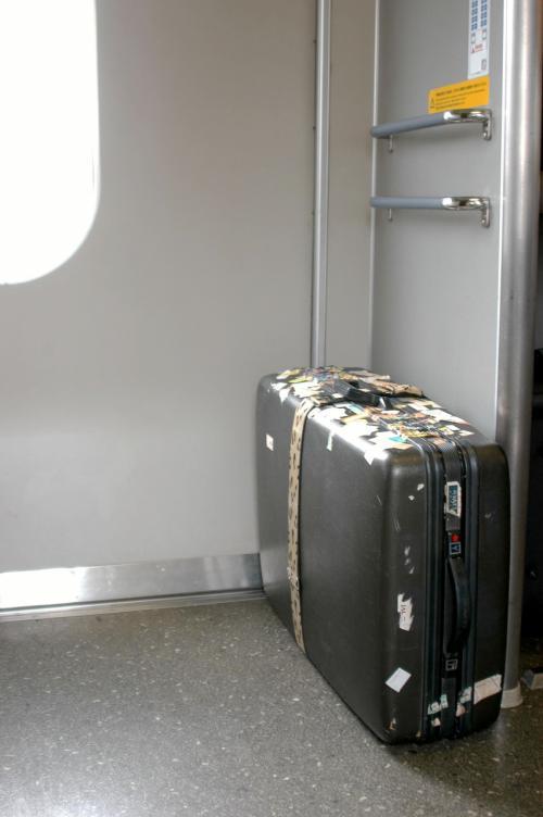 天王寺まで来れば、後は空港の延長と同じようなもので、荷物を転がしながらチェックインカウンターまで到達できる。<br /><br />はるか19号に乗り込むと、珍しく自由席も指定席も既にいっぱいだった。<br />この列車は京都始発で、途中新大阪と西九条に停まってくるので、天王寺での乗車はかなり不利だ。でも、大きな荷物が椅子代わりになるので、たった30分の乗車には特に座席など無くても、全く影響のない位の程良い時間。<br />