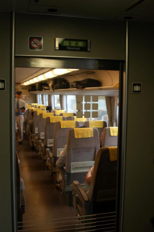 日本の列車は兎に角綺麗。この後、旅先で乗り会う列車とは全く比較にならない。<br /><br />この旅行記では、新疆での殆どを列車で移動するので、その都度、中国列車の車内もご紹介する予定。<br />比較してみると面白いかも・・・