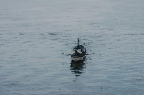 関空に近づいた。<br />鉄橋を通過する前に、今回用意した300mm望遠で海に浮かぶ船を狙ってみる。<br /><br />今回、この旅の為に用意したニコンD100。(中古だけど)<br />どこまで使いこなせるかは微妙・・・(^^;<br />(レンズが良くない。タムロンのズームは、広角にてピントが全く合わないようだ。評判とは全くの正反対で、まるでオモチャだとつくずく感じた)