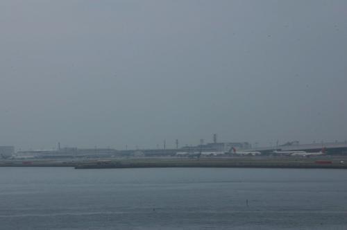空港島に飛行機などが見える。<br />この瞬間を過ぎると、橋桁で写真など撮れなくなる。<br /><br />この日は小雨で空気中が霞んでいた。