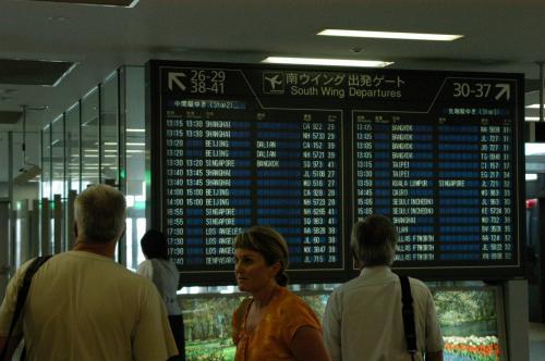 搭乗口に定刻に来てみると、なんと、飛行機の姿が見えない。出発時刻になっても飛行機が来ない。。。また遅延の匂い(もう既に遅れてるって!)。<br />今回も北京経由で広州へ向かうので、ここでの遅れが北京での乗り換えに大きく作用する。<br /> <br />