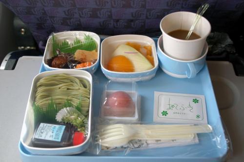 関空から北京へ向かうCA928便での機内食。<br />国際線の食事は、量の問題を除けば、見た目も内容も整っている感じ。<br /><br />この日は、茶蕎麦をメインとしたもので、サラダとフルーツ、デザートにはくず餅。<br /><br />