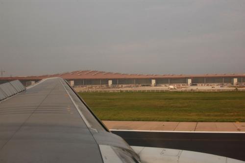空港に下りてランディング中も、遠くの景色が見えない位だった。その中で、新しいターミナルの姿が露わになった。