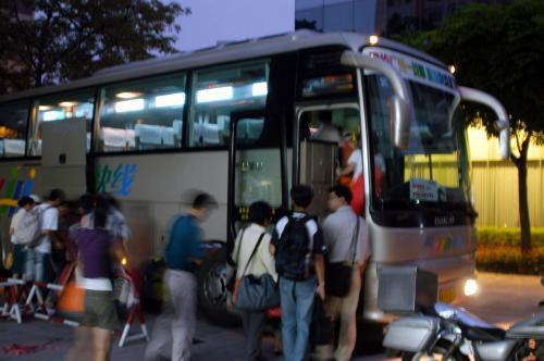 一寸焦ったけど、ようやく見付けたタクシーに飛び乗り、番禺賓館へと急いだ。<br />我々が到着した時、時のバスが既にスタンバっていた。<br /><br />慌てて切符を買うこま。爺ぃはバスに荷物を積み込んでいる。<br />クニクニは・・・会話が判らないので棒立ち。<br />「バスに乗って下さい!」<br />個人的には、中国であまり日本語で叫びたくないのだが、空港行きバスだから良しとしよう。