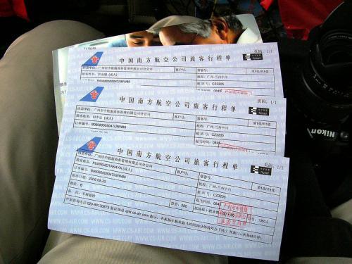 今回初めての電子机票。<br />紙切れ一枚で心許ないが、これが主流になる様子。<br /><br />上海でこのタイプのチケットを見せたら、「これはエアチケットじゃない」と断られ、リニアに割引で乗れなかった人がぼやいていたのを思い出す。<br />先進技術などを盛り込んでも、係わるべき人間に連絡が行き届いていないのが、上海だから、余計に全くもって可笑しい感じがする。<br /><br />でも、これが中国のナンバーワン都市「上海」なのだ。<br />