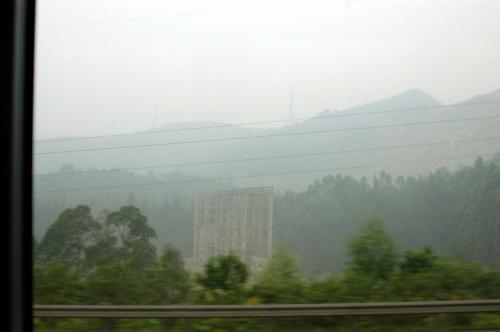 遠くには、広州のシンボル白雲山が、朝霧に霞んで見える。