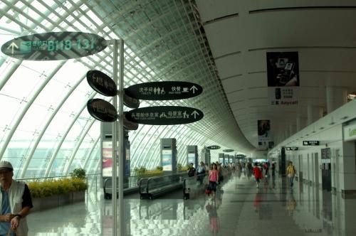 検査後も広い広い通路を歩かされる、バカでっかい空港。。。
